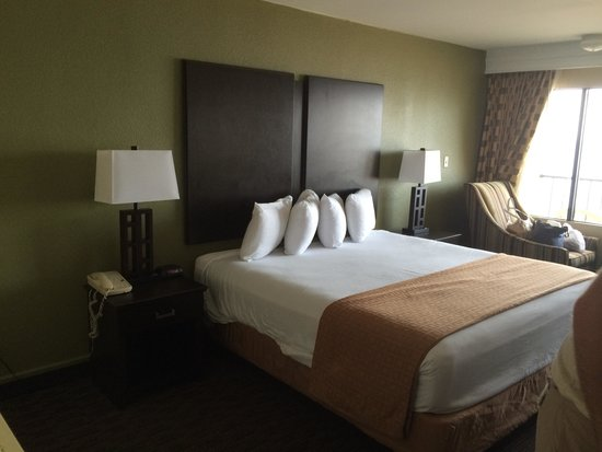 Four Points by Sheraton Virginia Beach Oceanfront : Bed when walking into room
