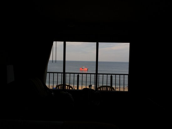 Four Points by Sheraton Virginia Beach Oceanfront : Tourist ship looking from all the way inside our room