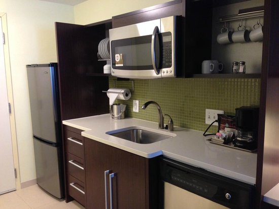 Home2 Suites by Hilton Baltimore / White Marsh: Great kitchen with full size fridge and nice and clean utensils