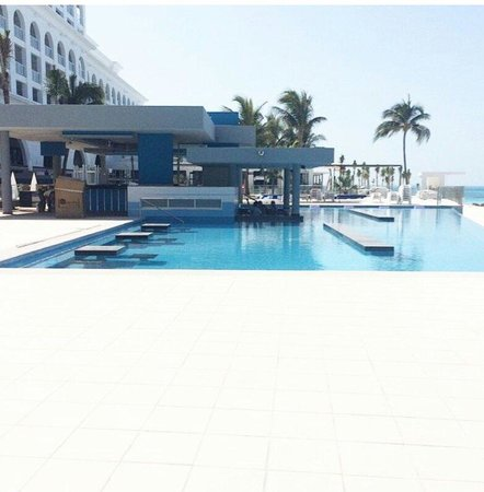Hotel Riu Cancun: New swim up pool at the riu cancun