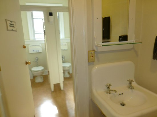 Shared bathroom picture of mammoth hot springs hotel for Y hotel shared bathroom