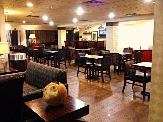 Hampton Inn & Suites Denver Tech Center: Breakfast gathering area.