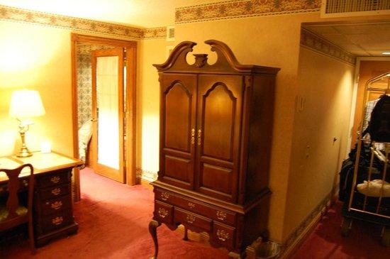 Ramada Plaza Sault Ste. Marie Ojibway: Living room with door to master bedroom
