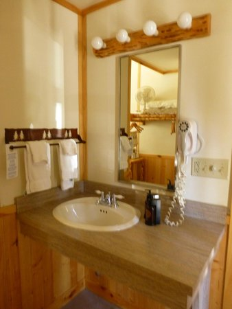 Canyon Lodge and Cabins: Sink outside the bathroom