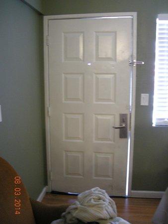 Executive Inn Hotel : Door Doesn't Fit