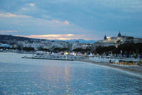 InterContinental Carlton Cannes: Вид на Карлтон со стороны залива