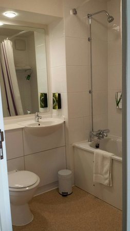 Premier Inn Newquay (Quintrell Downs) Hotel: Spotless bathroom