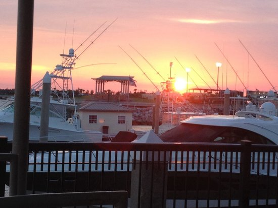 Jaco's Bayfront Bar & Grille: Beautiful sunset view at dinner.