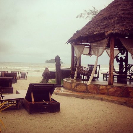 Elephant Garden Hostel: The beach in the rain...still beautiful