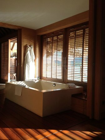 Four Seasons Resort Bora Bora: The bath