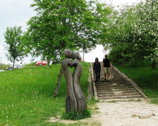 Venta Waterfall: Тропинка от парковки к водопаду с эротической скульптурой