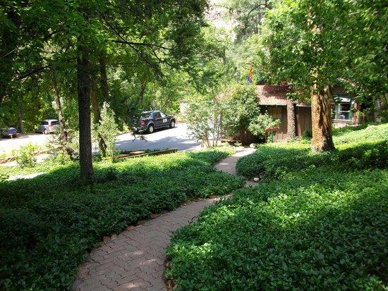 The Butterfly Garden Inn: Beautiful grounds