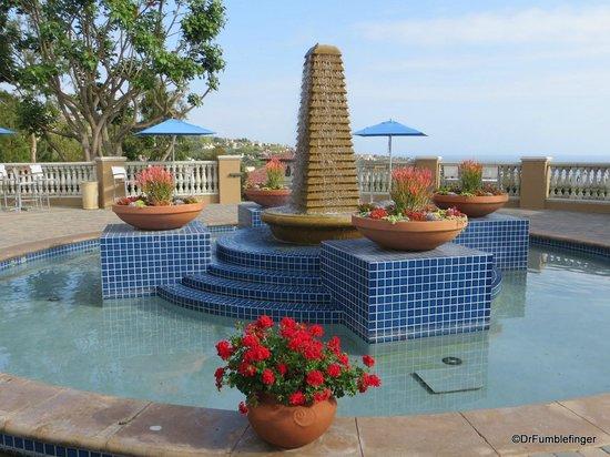 Marriott's Newport Coast Villas: Fountain near the pool area