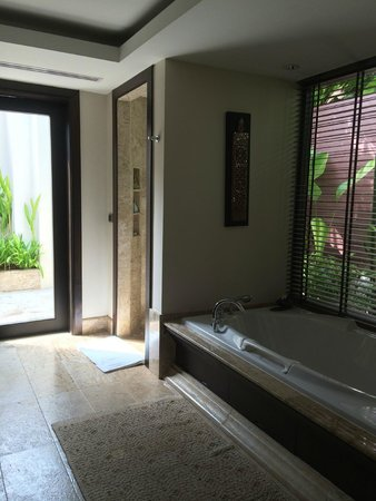 Trisara: Main bathroom