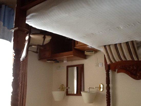 BEST WESTERN Beachcroft Hotel: Desk and bed
