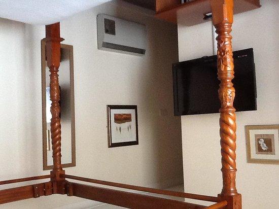 BEST WESTERN Beachcroft Hotel: TV and hall