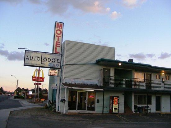 Autolodge Motel: Area facing the office