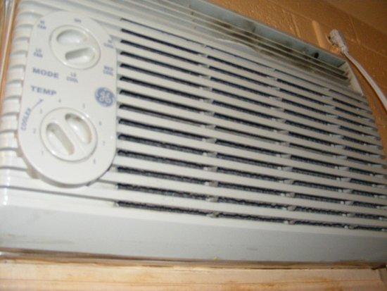 Autolodge Motel: Dust filled AC Unit