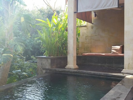 Gending Kedis Villas & Spa Estate: Day bed by the private pool