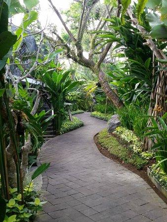 Gending Kedis Villas & Spa Estate: Path to reception