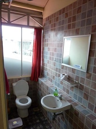 Ganesha Family Guesthouse: clean bathroom, one way glass window
