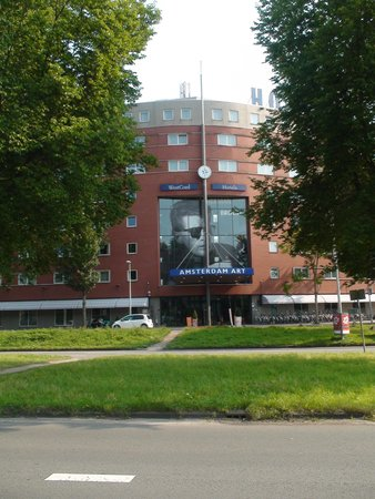 WestCord Art Hotel Amsterdam: front hotel, picture from bus station