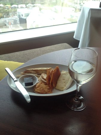 Grand Hyatt Melbourne: Room service - Brie and lavosh. Yum!