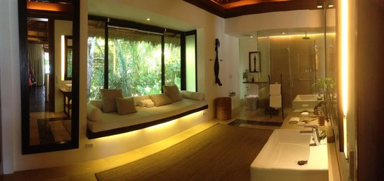 El Nido Resorts Pangulasian Island: Our comfort room is soooo small. LOL! It's huge! We could even sleep there!