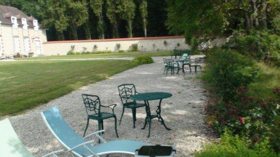 Manoir de Montflambert : tables and chairs near the fish pond