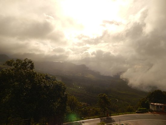Ayur County Resorts : The valley shrouded in clouds