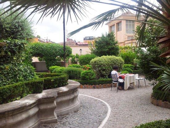 VOI Donna Camilla Savelli Hotel : Breakfast in courtyard inner garden