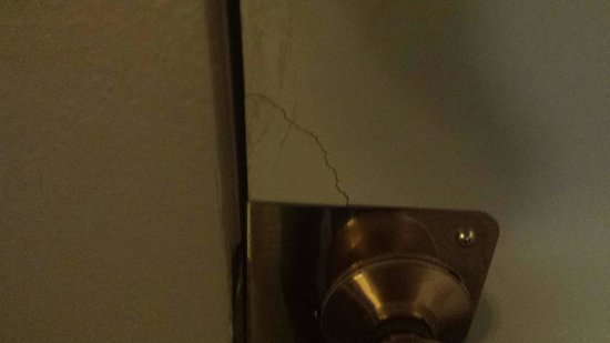 Ramada Fresno North: Door between rooms cracked