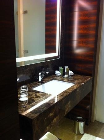 Conrad London St. James: Clean Bathroom