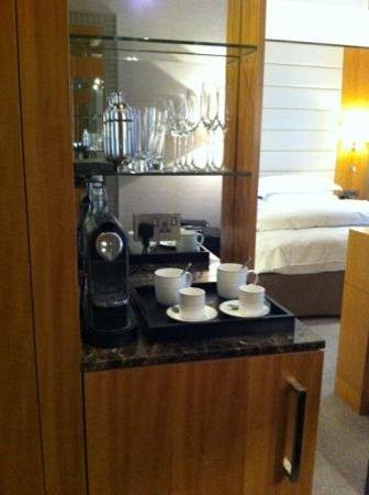 Conrad London St. James: Coffe stand and Mini bar