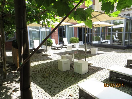 Hotel Beaumont: Patio of the 4 garden rooms