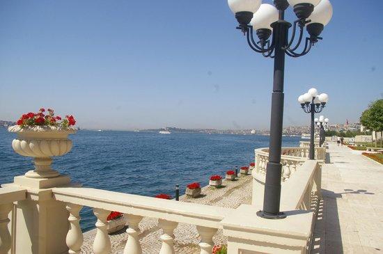 Ciragan Palace Kempinski Istanbul: The promenade