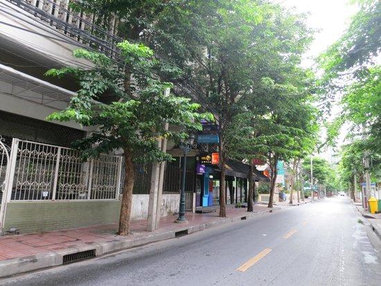 The Inn Saladaeng : 黒い庇の奥を左に曲がると入口