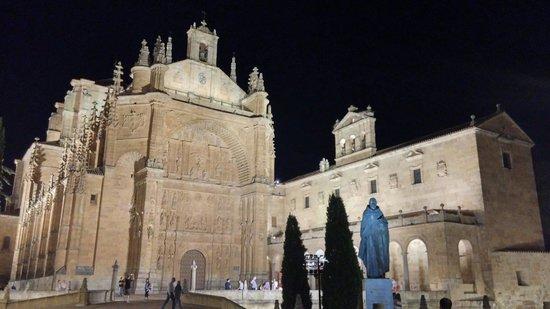 NH Salamanca Palacio de Castellanos: En la puerta del hotel