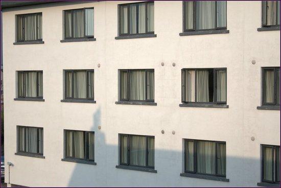 The Connacht Hotel: Blick aus dem Hotelzimmer auf die andere Seite