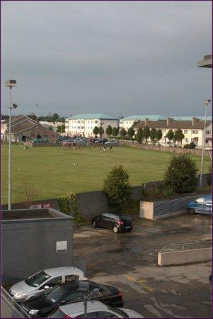The Connacht Hotel: Blick aus dem Hotelzimmer auf den Parkplatz
