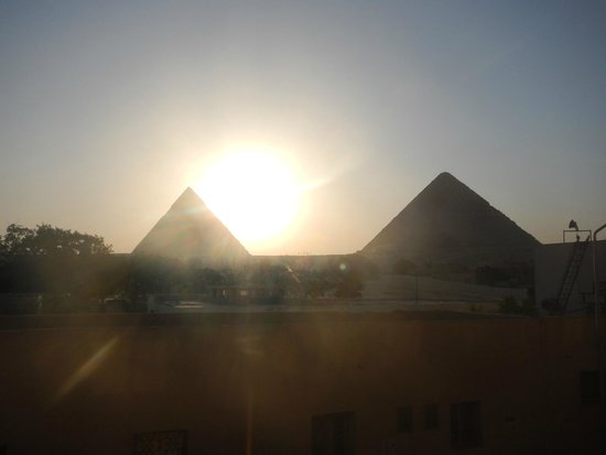 Pyramids View Inn: Roof top dinner views