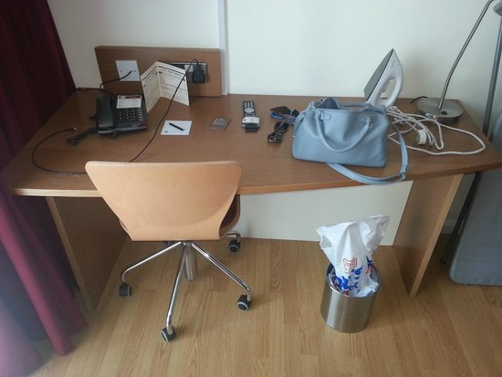 pentahotel Birmingham: The exciting desk area