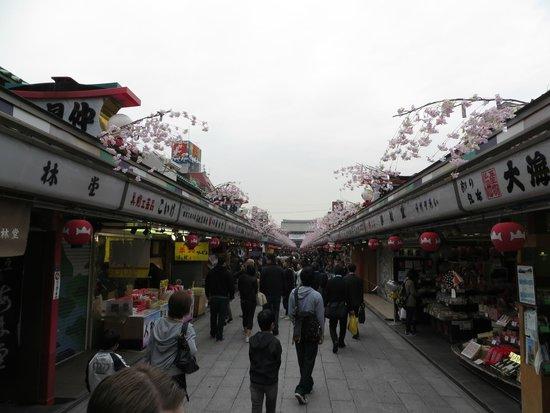 Asakusa Shrine: Сувенирная улочка