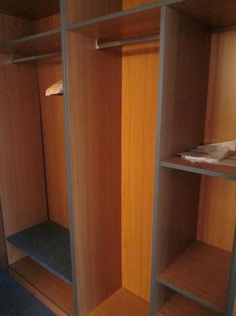 TRYP by Wyndham Berlin City East: closet