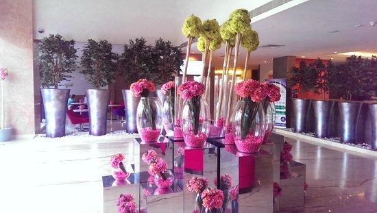 E Hotel: Attractive Lobby