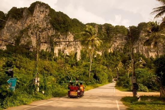 Ban Sainai Resort: Strasse zum Resort