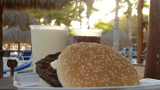 Grand Sunset Princess All Suites Resort : Еда на пляже