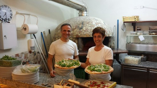 La Taverna di Pulcinella : Chefin und Chef mit unserer frischen Pizza...