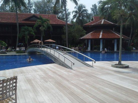 Meritus Pelangi Beach Resort & Spa, Langkawi: Pool with bar