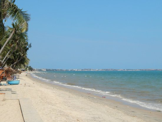 Little Paris Resort: пляж